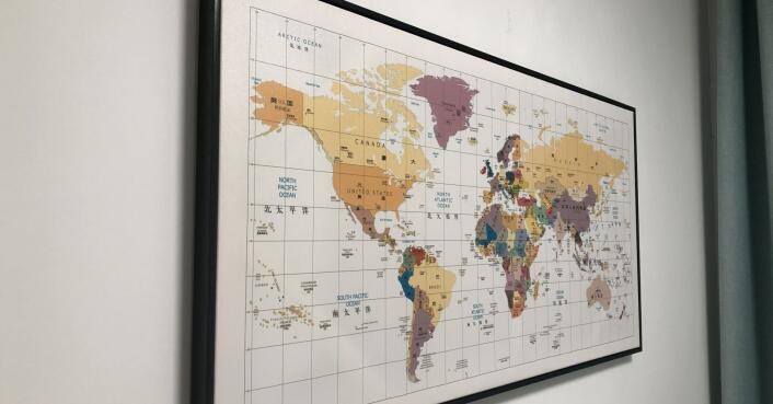 书房悬挂的世界地图