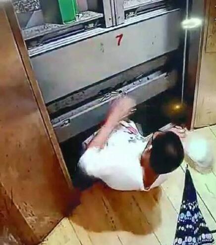 男孩电梯自救失败