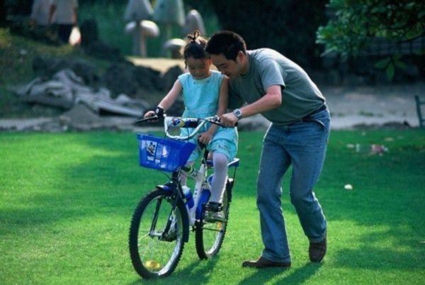教孩子学骑自行车